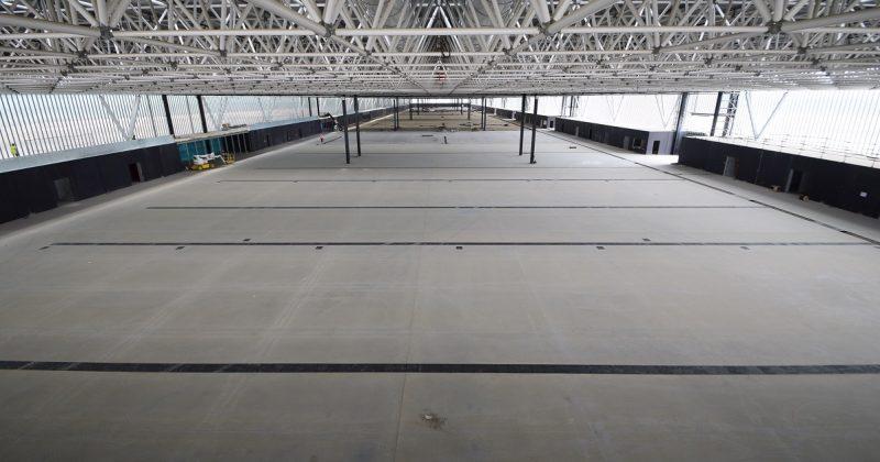 Dallage industriel dans un hall d'exposition